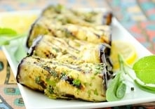 Grillowane bakłażany marynowane z szałwią i pietruszką