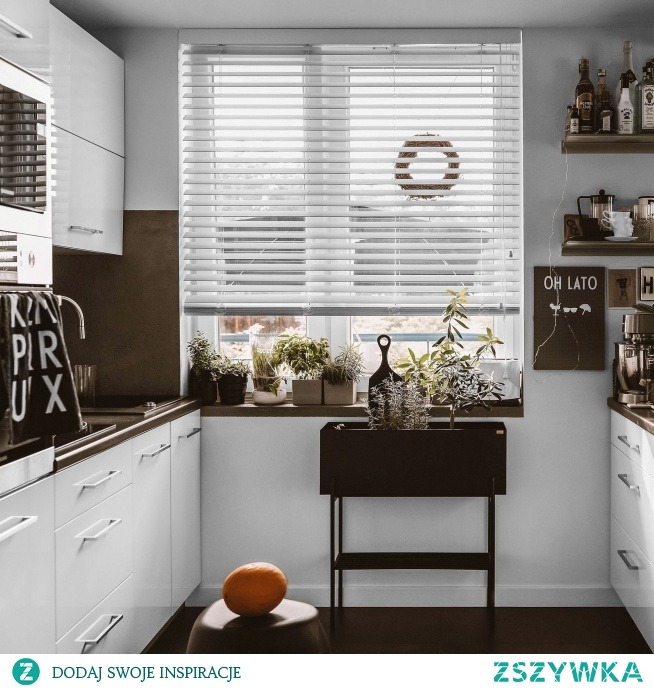 Biała żaluzja drewniana w kuchni to osłona okna, którą wybrała Monika z profilu moon__concept z Instagrama  Zdecydowalibyście się na takie rozwiązanie?  foto: moon__concept Żaluzja: Nasze Domowe Pielesze