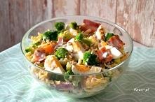 Sałatka z boczkiem, jajkiem i brokułem. Idealna na śniadanie, kolację lub do pracy. Coś przepysznego!