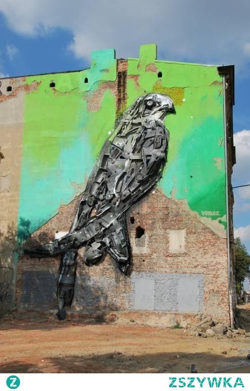 """Przy ul. Kilińskiego w Łodzi, w ramach Festiwalu Energii Miasta w 2015 roku, powstał mural, którego autorem jest Bordalo II z Portugalii. Do jego stworzenia użył różnego rodzaju odpadów, takich jak plastik, stare zderzaki, czy drzwi samochodowe oraz panele sidingowe. Jego dzieło przedstawia ptaka (a dokładnie jerzyka), którego populacja zmniejsza się z roku na rok, czego powodem jest zamurowywanie szczelin w budynkach.  Co ciekawe, artysta celowo użył właśnie odpadów, aby zwrócić uwagę mieszkańców Łodzi na temat degradacji środowiska naturalnego oraz nadprodukcji śmieci. Mural jest częścią głośnego cyklu """"Big Trash Animals"""", w którym Bordalo II przedstawia gatunki zagrożone wyginięciem."""