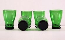 Kieliszki wykonane z szyjek od butelek szklanych.