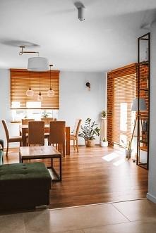 Żaluzje bambusowe w kolorze Graham w salonie Montowane pod sufitem, dzięki cz...