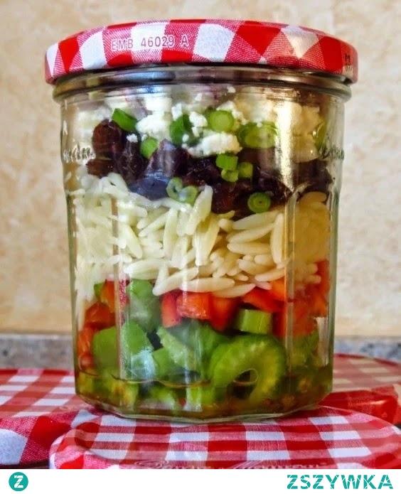 Seler naciowy , papryka czerwona , makaron , sałata czerwona posypać fetą i szczypiorkiem z odrobiną oliwy z oliwek. Słoik do pracy. Kolejność dowolna i wybór tego co lubimy w stosunku do naszej diety .Można zamienić na pomidorki , ryż , soczewica ,ciecierzyca ,fasolka świeża , biała fasola lub czerwona, sałata jaka jest dostępna , ogórek. Liście młode z buraków surowe lub większe gotowane oraz bardzo smaczne liście ugotowane z kalafiora lub brokuła . Wszystko ukladamy i komponujemy według uznania zawsze z dodatkiem oliwy lub oliwek oraz własnych  upodobań  ocet balsamiczny o dowolnym smaku .Szybko i smacznie. Gotujemy w wodzie lub na parze .Sezonowe smaki .