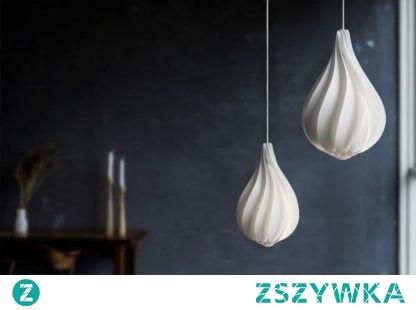 Białe lampy pięknie komponują się z mocnym granatem
