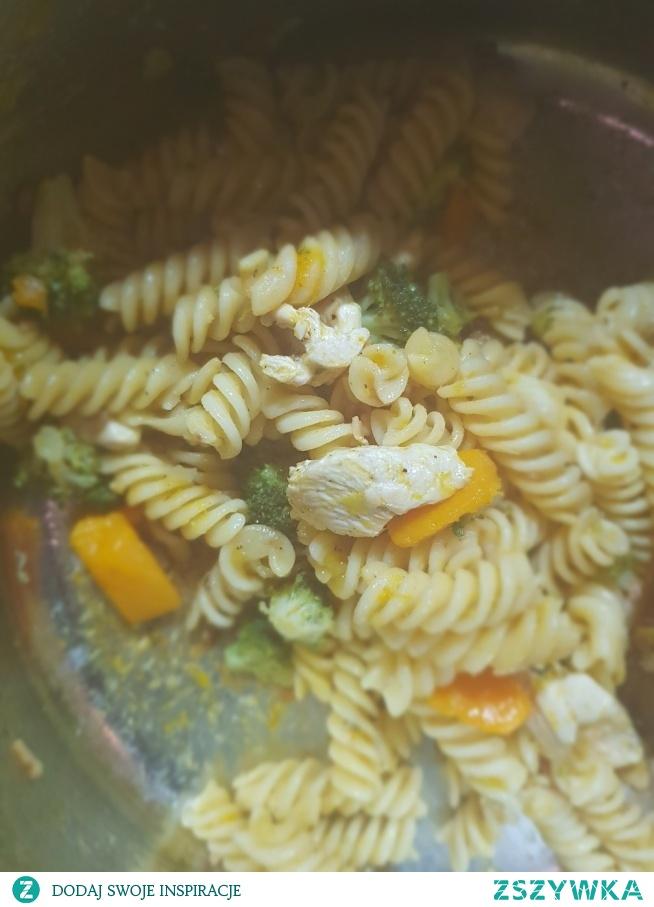 Makaron z dynią, brokułem, porem, natką pietruszki, słonecznikiem, boczkiem i kurczakiem. Pychota