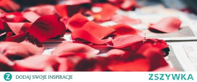 Płatki róży właściwości są ukryte w kosmetykach naturalnych. Warto wybrać maseczki w proszku z ich udziałem. Maja one właściwości przeciwzapalne i łagodzące.