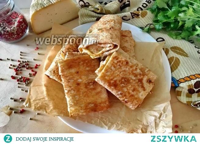 Chleb pita z kolendrą i serem na patelni  Świeża kolendra 1 pęczek Pita cienkie 2 szt. Ser żółty 300 g Jajka 2 szt.  Zetrzeć ser na tarce. Dodać 2 jajka do sera.Posiekac kolendrę i dodać do masy. Lawasz kroimy w prostokąty i układamy nadzienie. Zwijamy koperty i smażymy na patelni po 3 minuty z każdej strony.
