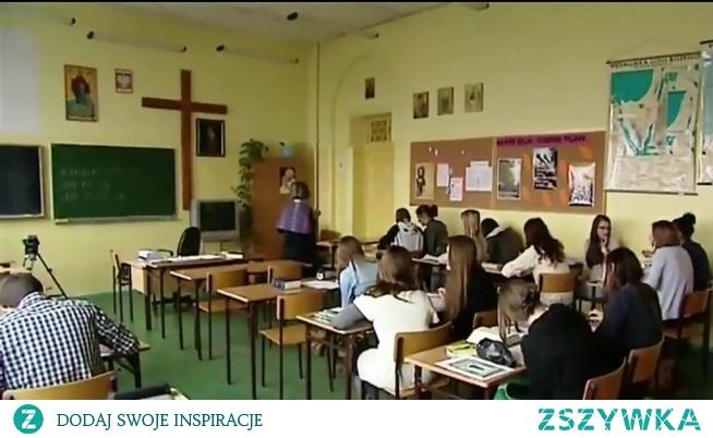 """FIZYKA W SZATNI, RELIGIA W KLASIE  W wyniku zniszczenia gimnazjów, całe klasy rezygnują z lekcji religii  """"W szkole jest ciasno, lekcje mamy do późnego wieczora, nie mamy zamiaru tu siedzieć dłużej niż trzeba"""" – mówią uczniowie.  Kościół odnotowuje najszybszą utratę wiernych w swojej historii.  Za sytuację w szkołach odpowiedzialny jest Jarosław Kaczyński i Anna Zalewska. Dariusz Piontkowski, szef struktur PiS z Podlasia, tylko dolewa oliwy do ognia i nie ma pomysłu na oświatę."""