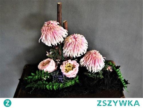 Czarna dekoracja nagrobna z pięknymi różowymi kwiatami