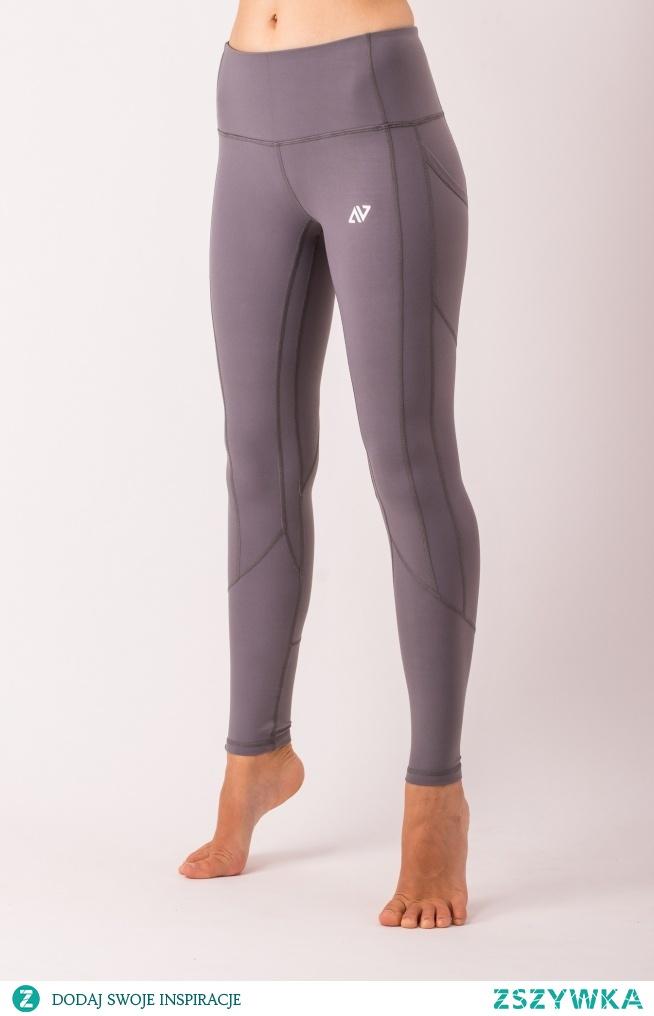 Leginsy Ashen to połączenie praktyczności, estetyki i komfortu. Jednolity kolor pozwala skupić uwagę na szwach, które w piękny sposób modelują sylwetkę i podkreślają kobiece kształty.
