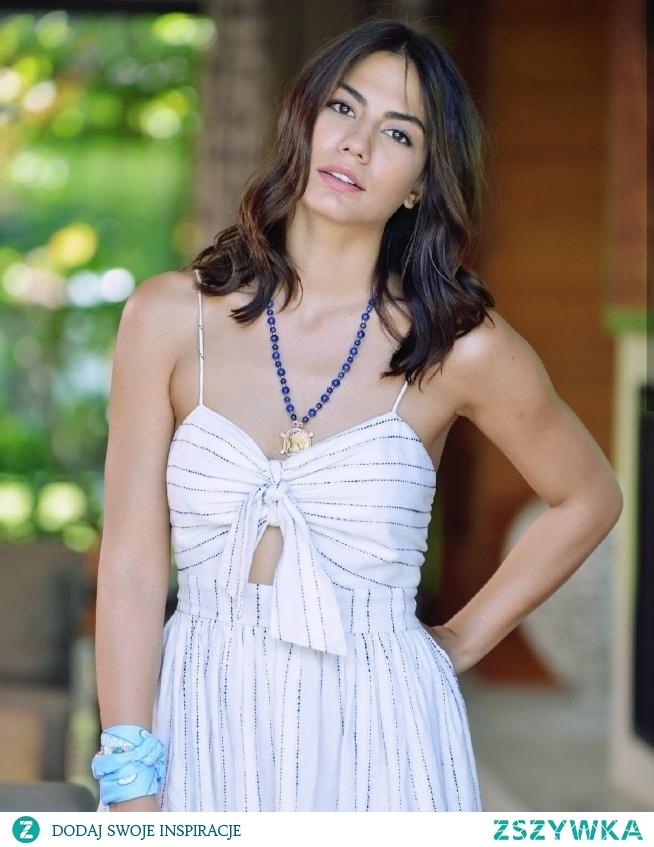 Jest i ona. SANEM AYDIN, szalona dziewczyna, która marzy żeby napisać powieść o wyjechać na Galapagos. Mimo, że ma pamięć jak nikt inny, pracuje w sklepie rodziców w biednej dzielnicy. Czyż nie jest śliczna?