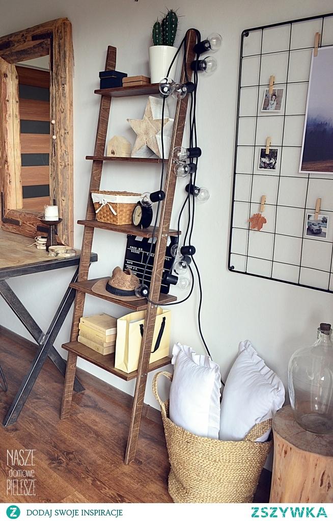 Nasza drabinka regał Opalona Rysia i organizer na ścianę w sypialni Sybilli z profilu domekzalasem na Instagramie  foto: domekzalasem drabinka i organizer: NASZE DOMOWE PIELESZE
