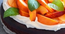 Mocno czekoladowe ciasto bez mąki z nektarynką. Przepis po kliknięciu w zdjęcie.