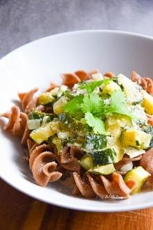 Makaron w śmietanowym sosie z cukinią, koperkiem i natką pietruszki (wegański...
