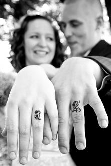 Tatuaż na palcu - ślubny tatuaż