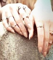 Tatuaż na palcu - kropki