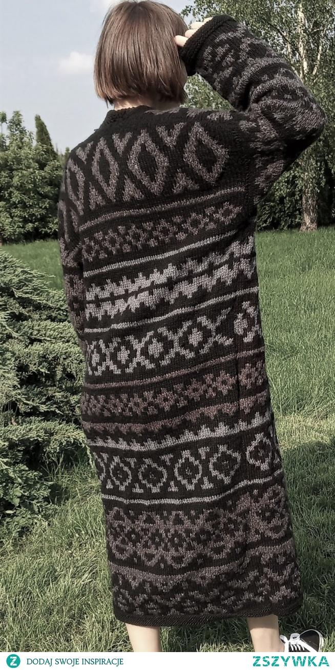 długi sweter z resztek włóczek na drutach