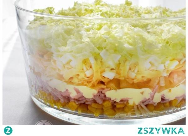 Sałatka warstwowa z szynką, jajkiem i serem żółtym