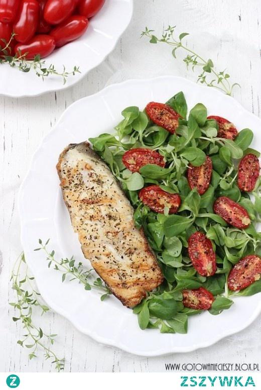 Halibut z sałatką z pieczonych pomidorów
