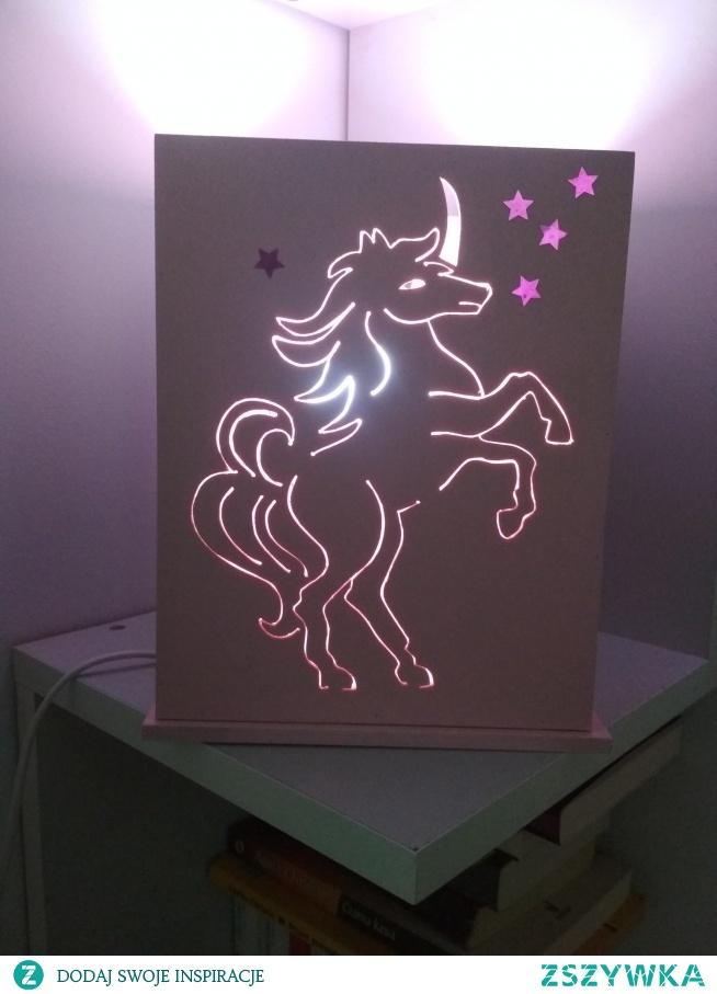 Ręcznie robiona lampa z jednorożcem. Całość ze sklejki brzozowej,kolor dowolny! Żarówka zmieniająca kolory nie jest w cenie lampy.
