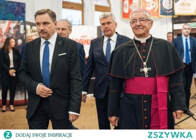 """List do papieża Jako wierni Kościoła Gdańskiego...od długiego czasu jesteśmy głęboko przekonani, że Arcybiskup Sławoj Leszek Głódź, Metropolita Gdański, stracił moralną wiarygodność, niezbędną do pełnienia posługi biskupa diecezjalnego i jest dla wiernych przyczyną zgorszenia"""". """"Apelujemy do Księdza Arcybiskupa, aby złożył rezygnację z urzędu, a Ojca Świętego Franciszka prosimy o jej rozpatrzenie i przyjęcie.  Sygnatariusze listu podają powody, które powinny skłonić papieża do odwołania Głódzia:  – Arcybiskup przez wiele lat ewidentnie działał na rzecz oskarżonych o pedofilię duchownych, co do których winy nie ma wątpliwości.    - Angażowanie """"autorytetu biskupa Kościoła dla poparcia jednej partii politycznej, propagując jej program w czasie licznych wystąpień publicznych i homilii wygłaszanych w czasie uroczystości religijnych i mszy świętych - wystawny styl życia Głódzia, jego zamiłowaniu do przepychu oraz skandaliczne traktowanie podwładnych"""