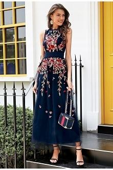 Długa suknia zdobiona kwiatami. --> sprawdź klikając w obrazek