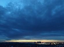 Chmury wiszą nad miastem...