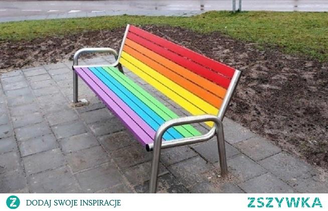 """""""Kielczanie  w ramach budżetu obywatelskiego zdecydowali dodać swojemu miastu trochę koloru - 20 takich ławek już wkrótce ozdobi Kielce. Super! I jeszcze dedykacja dla potencjalnych wandali (tak po freudowsku): czasami szafa jest tylko szafą. A ławka tylko ławką. Tylko ładniejszą, bo kolorową. Zdaniem K.Bosaka tęczowy design jednoznacznie kojarzy się z symbolem LGBT.  """"Co Krzysztof musi czuć, gdy w sklepie widzi kredki szkolne?"""""""