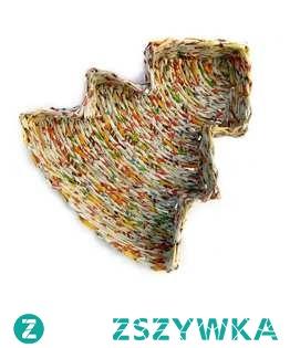 Zapraszamy do zakupu koszyczka - choinki wyplecionego z ręcznie skręconych kolorowych rurek gazetowych. Odpowiednio zabezpieczony, trwały i wytrzymały - można przecierać wilgotną ścierką.