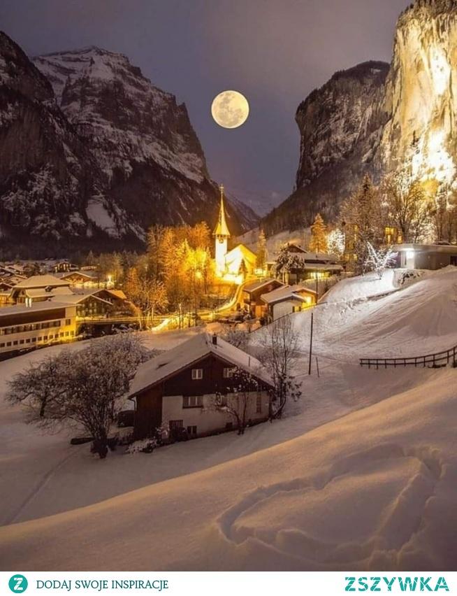 Piękna pełnia księżyca w Lauterbrunnen, Szwajcaria.....