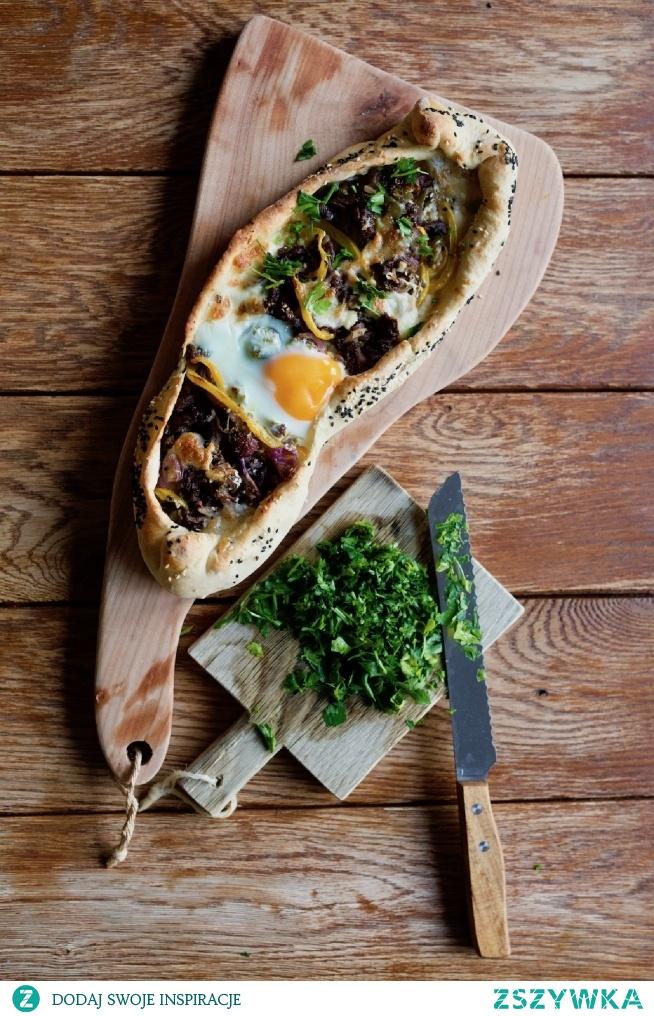 tureckie pide z wołowiną, cebulą, serem i jajkiem