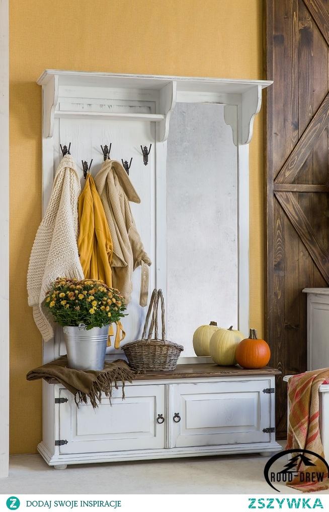 drewniana garderoba w kolorze antycznej bieli meble-woskowane.com.pl