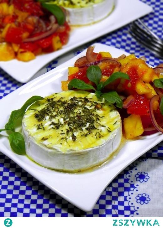 Pieczony Camembert z pomidorami i mango