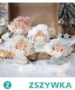 Zapraszamy do zakupu  Urocze aniołki na zawieszce - jeden z najpiękniejszych i najbardziej wyjątkowych PODARKÓW BOŻONARODZENIOWYCH   Zestaw, który masz przed sobą został wykonany dłońmi, z czułością. To piękny, delikatny i czarodziejski prezent, który z pewnością rozświetli buzię obdarowanej osoby uśmiechem, skradnie serce. Aniołki zapakowane w ekologiczne pudełeczko z efektem szklanej szybki przyozdobione maleńkim, drewnianym, świątecznym elementem.