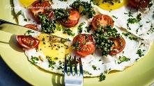 Jajka sadzone z pomidorkami...