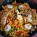 Tradycyjne hiszpańskie danie w wersji zgodnej z dietą ketogeniczną, czyli keto paella to wspaniała potrawa w iście śródziemnomorskim stylu. Idealna na romantyczną kolację lub przyjemny obiad w gronie znajomych. Ta mieszanka owoców morza, kurczaka, smażonych na oliwie warzyw oraz aromatycznych przypraw potrafi zawrócić w głowie! Spróbujcie, a z pewnością się zakochacie w tej potrawie!
