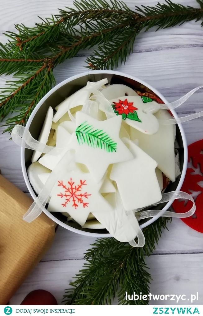 Tutorial, z którego dowiecie się, jak wykonać masę porcelanową, przydatną podczas produkcji bożonarodzeniowych dekoracji :)