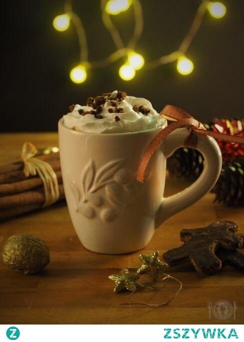 Keto pierniczkowe latte nie tylko rozgrzewa, ale także wprowadza w świąteczny nastrój, a chyba właśnie tego nam wszystkim teraz potrzeba! Proponuję raczyć się nim nie tylko w domowym zaciszu, ale także zabrać go ze sobą na wynos i rozsiewać świąteczne aromaty cynamonu i piernika w całej okolicy!