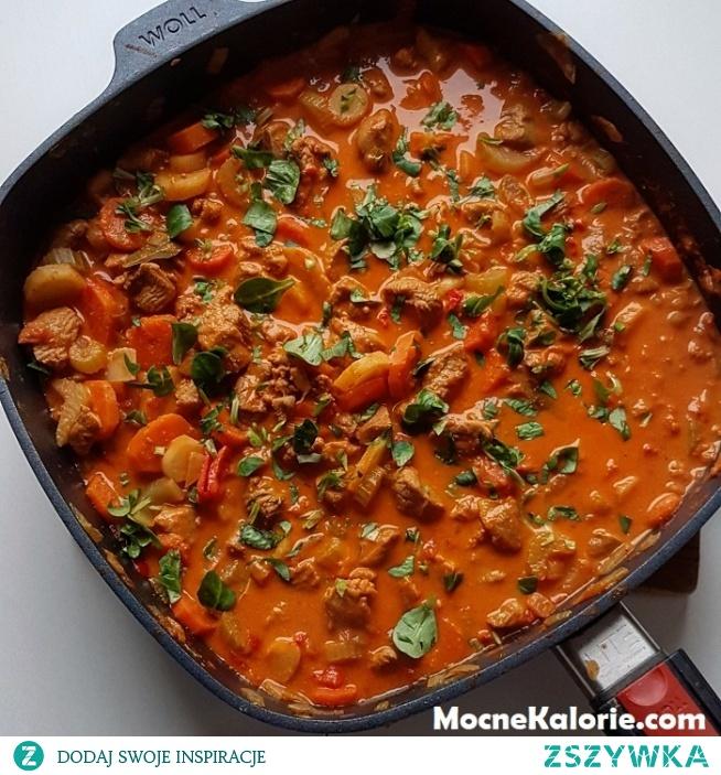 Pożywny i niskokaloryczny gulasz z indyka z warzywami