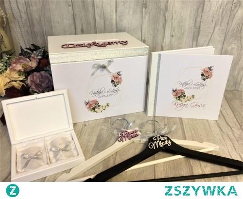 Zestaw ślubny zdobiony srebrną wstążką oraz grafiką kształt geometryczny i róże