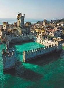 Średniowieczny zamek Sirmio...