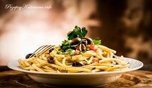 Spaghetti, oliwki i pomidory