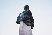 Pomnik przy szpitalu Centru...