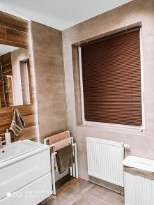 Żaluzja drewniana 25mm w kolorze Złoty Dąb w łazience Żaluzje od NASZE DOMOWE...