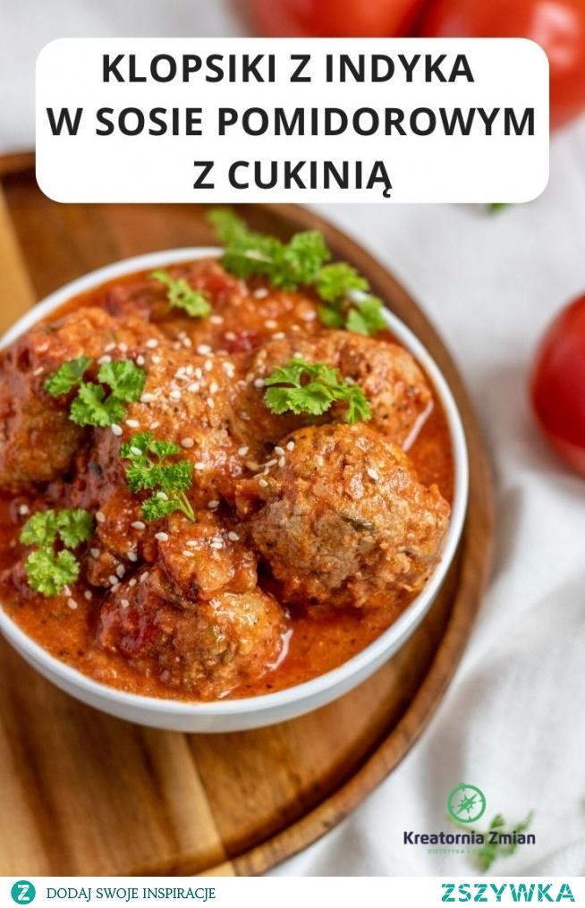 Klopsiki z indyka w sosie pomidorowym z cukinią. Szybkie, proste danie na obiad.