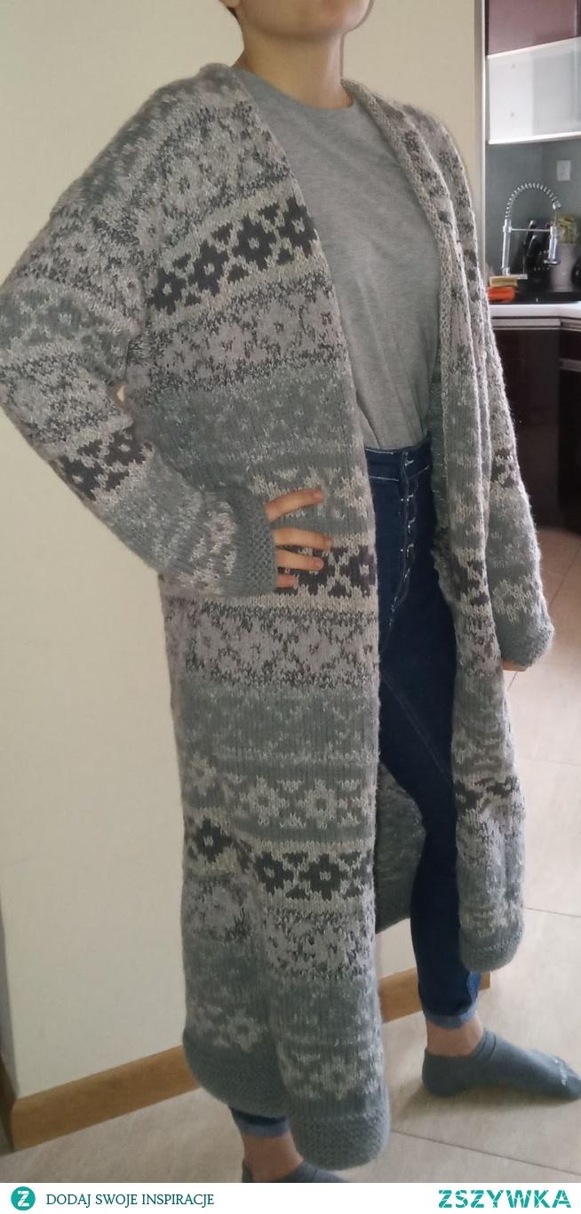 sweter na drutach z prutej włóczki