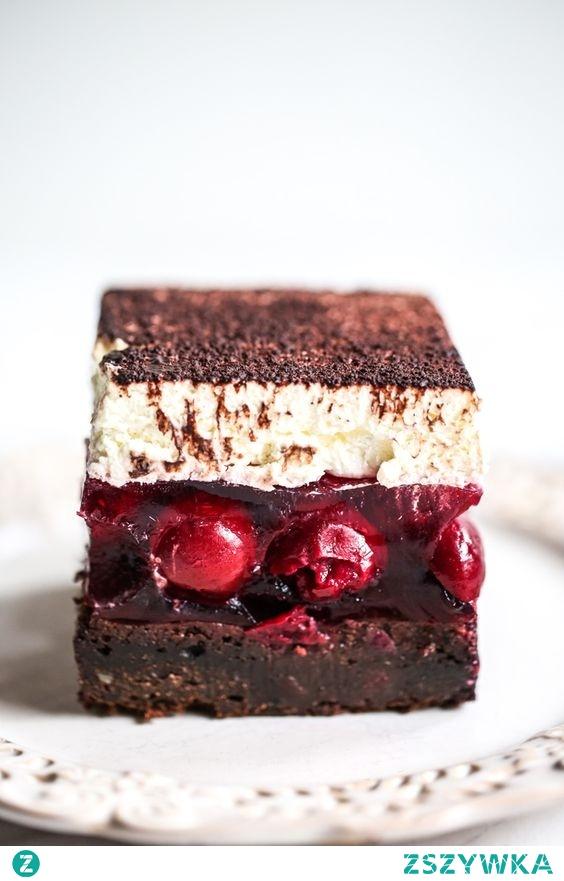 Kostka wiśniowa, czyli obłędnie czekoladowe ciasto a'la brownie w towarzystwie kwaskowych wiśni w galaretce i delikatnego waniliowego kremu.