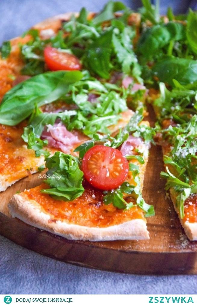 Domowa lekka pizza z rukolą i prosciutto. Przepis po kliknięciu w zdjęcie.