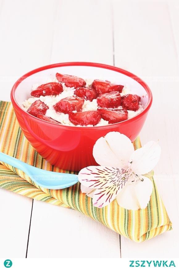Ryż gotowany na mleku z owocami i bitą śmietaną