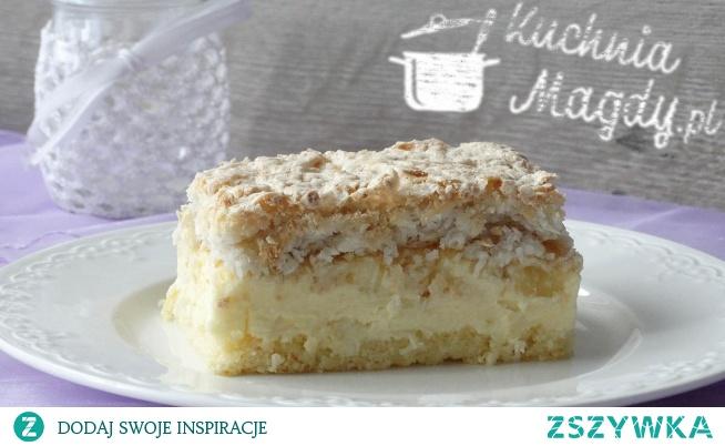 Ciasto ananasowiec Ciasto ananasowiec to kombinacja delikatnego biszkoptu, jedwabistej warstwy budyniowej, podkręconej kawałkami ananasa i kruchej bezy kokosowej. Znane smaki w połączeniu ze sobą utworzyły bardzo smaczne ciasto.
